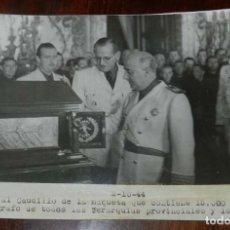Militaria: FOTOGRAFIA DE LA ENTREGA AL CAUDILLO, FRANCISCO FRANCO DE LA MAQUETA CON 15.000 FIRMAS DE LOS JERARC. Lote 167180645