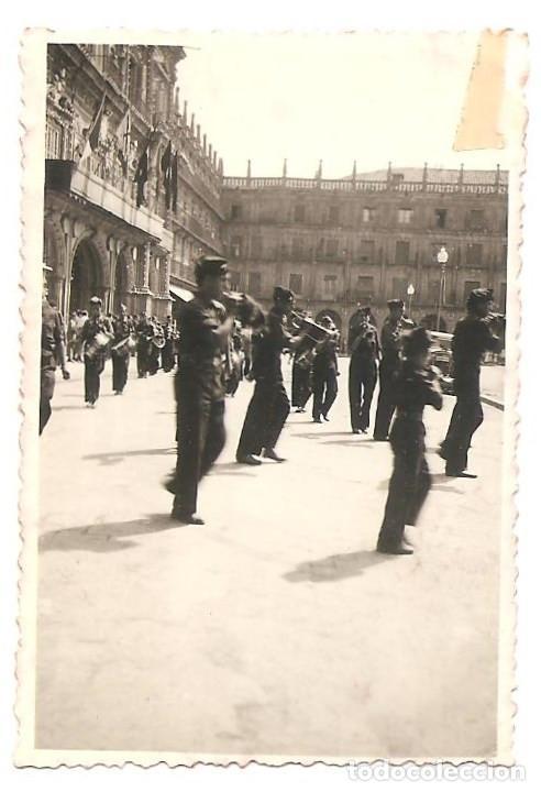 Militaria: LOTE TRES FOTOGRAFÍAS DE SALAMANCA, PLAZA MAYOR Y CATEDRAL CON DESFILE AÑO 1937 ORIGINAL ÉPOCA - Foto 2 - 167539628