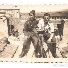 Militaria: FOTOGRAFÍA EN EL TEJADO DEL CUARTEL DE LA REMONTA (TETUÁN) ÉPOCA GUERRA CIVIL - VER DESCRIPCIÓN. Lote 167541688