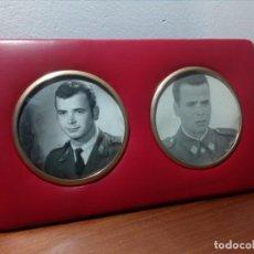 Militaria: PORTARETRATOS AÑOS 60 CON FOTOS DE MILITARES (POLIPIEL ROJA). Lote 167612948
