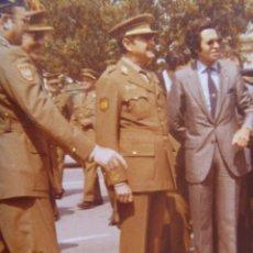 Militaria: FOTO ORIGINAL DEL GENERAL MILANS DEL BOSCH ( EX DIVISION AZUL CON PARCHE ), FAMET, HELICOPTERO. Lote 167944820