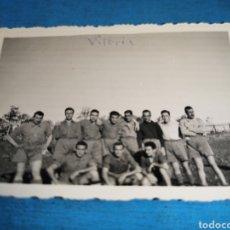 Militaria: FOTO DE 9 X 6 CM, EQUIPO DE DESTINOS, VITORIA 1942, EN LA QUE APARECE QUILES, JUGADOR DE FÚTBOL. Lote 168100354