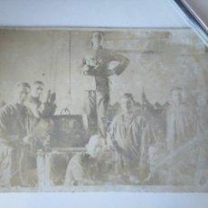Militaria: CURIOSA FOTO ARTILLEROS REALIZANDO ALGÚN TIPO DE ACTIVIDAD INDUSTRIAL. AÑOS 20. Lote 168337016