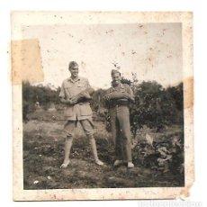 Militaria: FOTOGRAFÍA DE DOS MILITARES CADA UNO CON UNA BOMBA AÑO 1938, ORIGINAL ÉPOCA. Lote 168470828