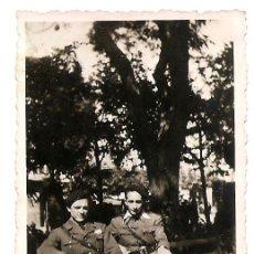 Militaria: DOS OFICIALES DEL BANDO NACIONAL SENTADOS EN EL PASEO DEL ESPOLÓN DE BURGOS AÑO 1938 - ORIGINAL. Lote 168473108
