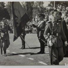Militaria: FOTOGRAFIA MILITARES JURANDO BANDERA, MEDIDAS 14 X 9 CM, AÑOS 50. Lote 169171240