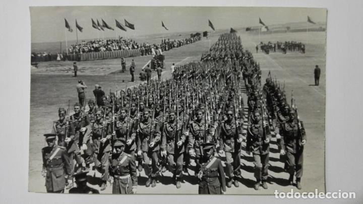FOTOGRAFIA MILITARES DESFILANDO, MEDIDAS 14 X 9 CM, AÑOS 50 (Militar - Fotografía Militar - Otros)