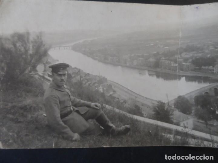 SOLDADO IMPERIAL ALEMAN MIRANDO UNA CIUDAD DESDE LA FORTALEZA. II REICH. AÑOS 1914-18 (Militar - Fotografía Militar - I Guerra Mundial)