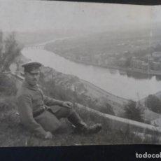 Militaria: SOLDADO IMPERIAL ALEMAN MIRANDO UNA CIUDAD DESDE LA FORTALEZA. II REICH. AÑOS 1914-18. Lote 169208932