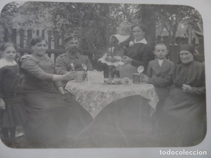 SOLDADO IMPERIAL ALEMAN CON SU FAMILIA TOMANDO CERVEZAS. II REICH. AÑOS 1914-18 (Militar - Fotografía Militar - I Guerra Mundial)