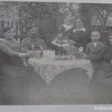 Militaria: SOLDADO IMPERIAL ALEMAN CON SU FAMILIA TOMANDO CERVEZAS. II REICH. AÑOS 1914-18. Lote 169213164