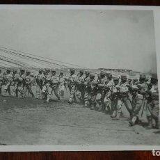 Militaria: POSTAL FOTOGRAFICA DE CAMPAÑA MELILLA, J.C. MADRID, SERIE 3ª N. 9, SOLDADOS DE INGENIEROS SUJETANDO . Lote 169560528