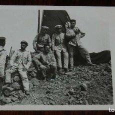 Militaria: POSTAL FOTOGRAFICA DE CAMPAÑA MELILLA, J.C. MADRID, SERIE 2ª N. 4, OFICIALES Y SOLDADOS DEL REGIMIEN. Lote 169634784