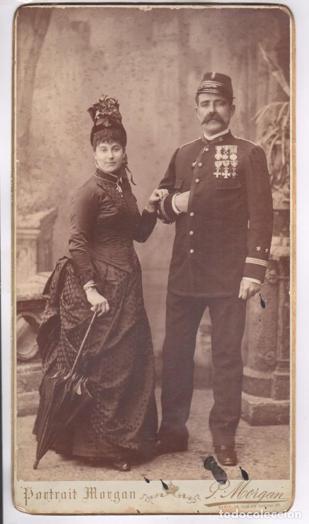 MILITAR - EL CAPITÁN JOSÉ SOLÁ Y ESPOSA, AÑO 1886. DATOS REVERSOS, GRAN FOTO 21X38 CM. MORGAN, PARÍS (Militar - Fotografía Militar - Otros)