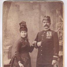 Militaria: MILITAR - EL CAPITÁN JOSÉ SOLÁ Y ESPOSA, AÑO 1886. DATOS REVERSOS, GRAN FOTO 21X38 CM. MORGAN, PARÍS. Lote 170067600