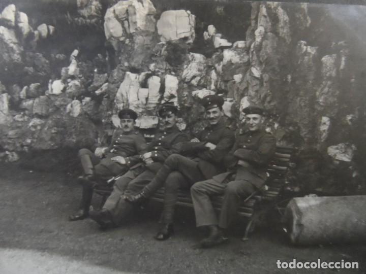 SOLDADOS IMPERIALES ALEMANES EN UN BANCO JUNTO A ROCAS. II REICH. AÑOS 1914-18 (Militar - Fotografía Militar - I Guerra Mundial)