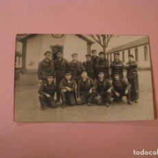 Militaria: FOTOGRAFIA DE MILITARES FRANCESES. AÑOS 20 O 30. MARINEROS. 14X9 CM.. Lote 170385592