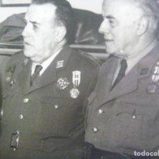 Militaria: FOTO GENERAL CON LAUREADA CON OFICIAL AMBOS MEDALLA MILITAR INDIVIDUAL, IMPOSICION MEDALLA MERITO. Lote 170395372