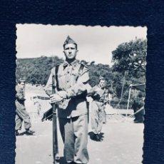 Militaria: FOTOGRAFIA SOLDADO TERCIO MELILLA CEUTA CON FUSIL BAYONETA AÑOS 40 50 8,5X6,5CMS. Lote 170398964