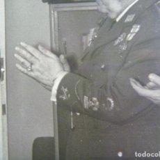 Militaria: FOTO GENERAL CON LAUREADA Y MEDALLA MILITAR INDIVIDUAL Y COLECTIVAS, IMPOSICION MEDALLA MERITO. Lote 170405460
