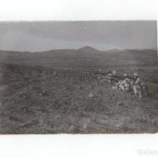 Militaria: CAMPAÑA DEL RIF.- CAZADORES DE TARIFA, GUERRILLA HACIENDO FUEGO, FOTO DESCRITA POR DETRÁS 18X11,5 CM. Lote 170428404