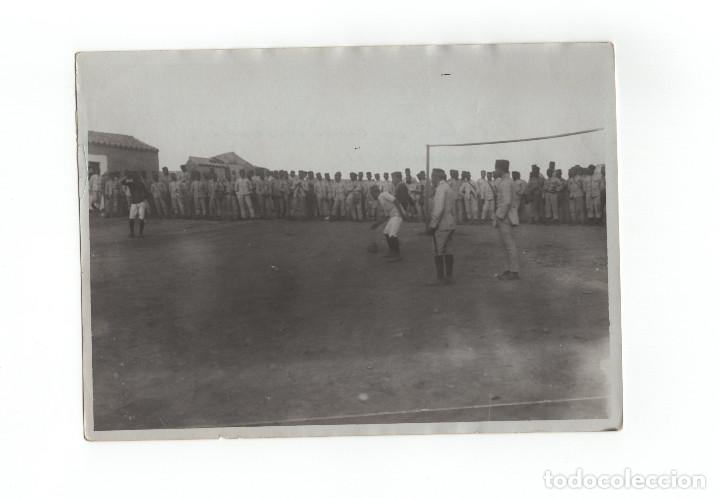 CAMPAÑA DEL RIF.- CAZADORES DE TARIFA, JUGANDO AL FOOTBALL 1912 - MEDIDAS 17,5X12 CM (Militar - Fotografía Militar - Otros)