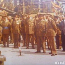 Militaria: FOTO ORIGINAL GENERAL MILANS DEL BOSCH: MEDALLA MILITAR INDIVIDUAL Y CAÑON ANTIAEREO. VALENCIA. Lote 195403636
