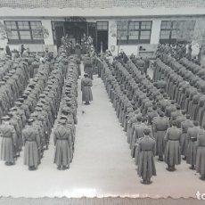 Militaria: ANTIGUA FOTOGRAFÍA MILITAR - JURA DE BANDERA CUARTEL DE SABADELL AÑO 1955. Lote 172220703
