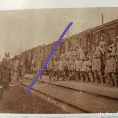 Militaria: FOTOGRAFÍA POSTAL ANTIGUA.ESTACIÓN TREN.FERROCARRIL.SOLDADOS ALEMANES.PRIMERA GUERRA MUNDIAL.MILITAR. Lote 172371557