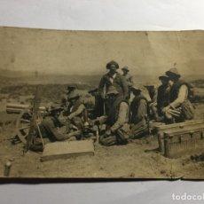 Militaria: POSTAL GUERRA AFRICA SOLDADOS JUNTO BATERIA. Lote 172452390