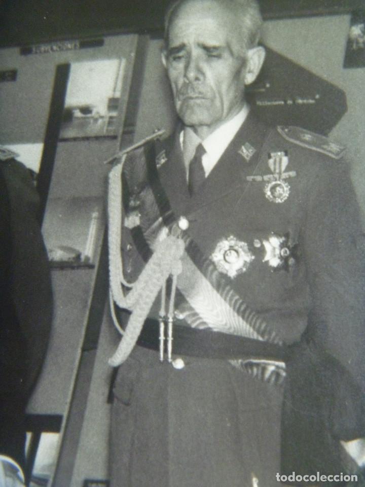 FOTO DEL CAUDILLO Y GRAL. ALONSO VEGA CON MEDALLA MILITAR INDIVIDUAL, ALCALDE CORDOBA (Militar - Fotografía Militar - Otros)