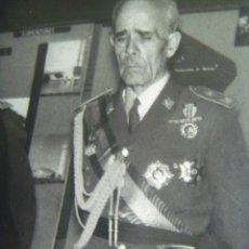 Militaria: FOTO DEL CAUDILLO Y GRAL. ALONSO VEGA CON MEDALLA MILITAR INDIVIDUAL, ALCALDE CORDOBA. Lote 172821422