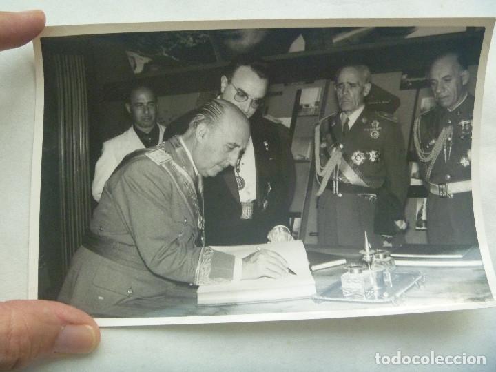 Militaria: FOTO DEL CAUDILLO Y GRAL. ALONSO VEGA CON MEDALLA MILITAR INDIVIDUAL, ALCALDE CORDOBA - Foto 2 - 172821422
