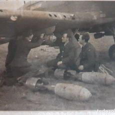 Militaria: FOTOGRAFÍA NAZIS COLOCANDO BOMBAS PARA BATALLA SELLADO. Lote 173911624