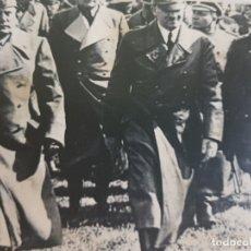 Militaria: FOTOGRAFÍA NAZI HITLER ACOMPAÑADO DE ALTOS MANDOS SELLADA. Lote 173911768