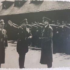 Militaria: FOTOGRAFÍA NAZI HITLER ACOMPAÑADO DE ALTOS MANDOS PASANDO REVISTA SELLADA. Lote 173912388