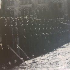 Militaria: FOTOGRAFÍA NAZI HITLER PASANDO REVISTA A TROPAS SELLADA. Lote 173912582