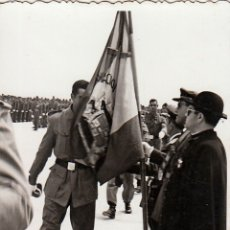 Militaria: ANTIGUA FOTOGRAFÍA. JURA DE BANDERA DEL EJERCITO DEL AIRE. MANISES, VALENCIA 1957. FF. Lote 173958134