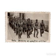 Militaria: FOTOGRAFÍA SOLDADOS DESFILANDO EN VIELLA.- LÉRIDA. - 8,5 X 5,5 CM. Lote 174179307