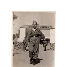 Militaria: FOTOGRAFÍA SOLDADO ESPAÑOL FRENTE A CUARTEL 8 X 6 CM. Lote 174181639