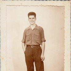 Militaria: BONITA FOTOGRAFÍA ¿MILITAR DEL EJERCITO ESPAÑOL? JOVEN CON CIGARRO FOTOS BERNAL, CEUTA 1941 FF. Lote 174324207