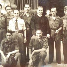 Militaria: FOTO DE UN GRUPO DE SOLDADOS JUNTO A UN SACERDOTE POSIBLE GC. Lote 174968052