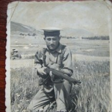 Militaria: SOLDADO ESPAÑOL DE MARINA CON MAUSER EN LOS AÑOS 40. Lote 175649247