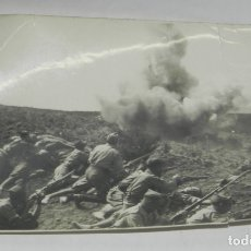 Militaria: FOTOGRAFIA DE PLENA GUERRA CIVIL, NO PONE FOTOGRAFO, NI LOCALIZACION. MIDE 17 X 11,5 CMS.. Lote 175735352
