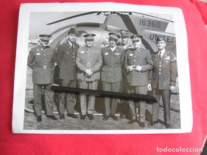 EXCEPCIONAL FOTOGRAFIA AMERICANA DE GRAN TAMAÑO DE VISITA DE MILITARES ESPAÑOLES. (Militar - Fotografía Militar - Otros)