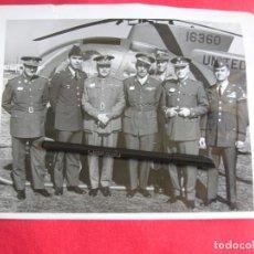 Militaria: EXCEPCIONAL FOTOGRAFIA AMERICANA DE GRAN TAMAÑO DE VISITA DE MILITARES ESPAÑOLES.. Lote 176084637
