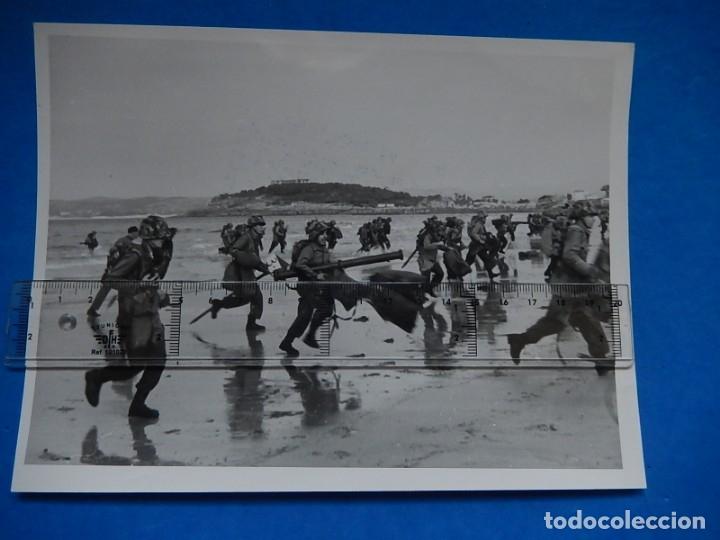 Militaria: Dos Fotografías de prensa. Demostración en Santander maniobras navales. Franco y Juan Carlos I. - Foto 2 - 176461705