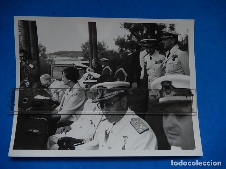 Militaria: Dos Fotografías de prensa. Demostración en Santander maniobras navales. Franco y Juan Carlos I. - Foto 4 - 176461705