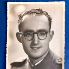 Militaria: FOTO RETRATO SOLDADO GAFAS PARA ENMARCAR FOTO SANTI BURGOS UNIFORME TIERRA CAPITANIA GENERAL 1949. Lote 176844662