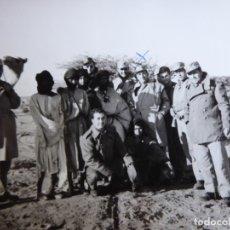 Militaria: FOTOGRAFÍA OFICIALES DEL EJÉRCITO ESPAÑOL. SAHARA ESPAÑOL 1965. Lote 176943959